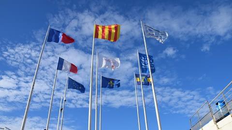 Les drapeaux de l'Office du Tourisme à Cavalaire